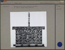 Sarcophage en bois sculpté