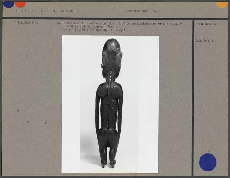Sculpture masculine à côtes saillantes
