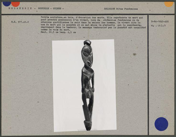 Petite sculpture en bois d'évocation des morts