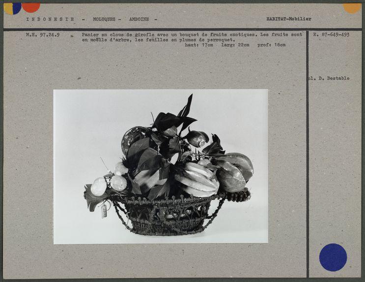 Panier en clous de girofle, bouquet de fruits