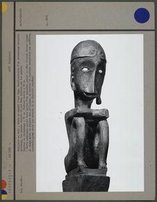 Sculpture en bois, fixée au sommet d'une tige