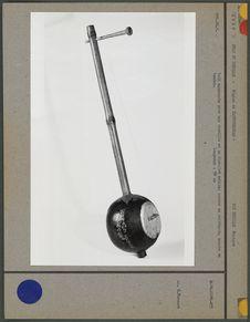 Luth monocorde avec une cheville et un chevalet