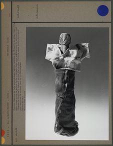 Figurine féminine en bois grossièrement taillé