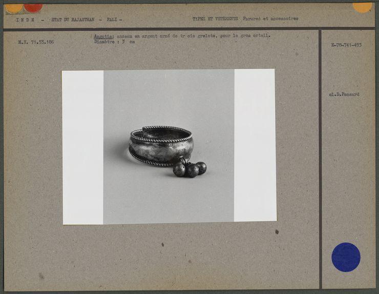 Angutia : anneau en argent doré de trois grelots