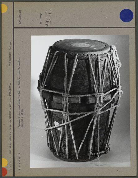 Tambour à deux membranes lacées, en bois