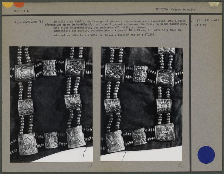 Détail du tablier : plaques décoratives en os : noeud bouddhique, ailes, poisson, démon