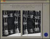 Détail du tablier : plaques décoratives en os : noeud bouddhique, ailes,...