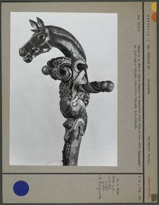 """Tête de cheval décorant le chevillier d'une vièle """"morin-quur&quot"""