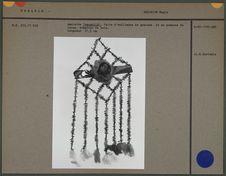 Amulette faite d'enfilades de graines et de pompons de laine