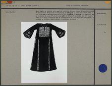 Robe en velours noir orné de broderies