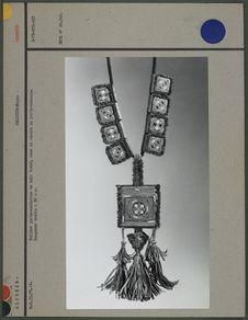 Collier porte-amulette en cuir brodé
