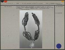 Collier : pâte odoriférante, perles de verre