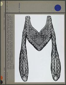 Plastron de robe sur fond de damas bleu