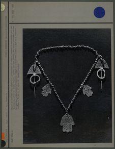 Paire de fibules avec chaînes et pendentifs