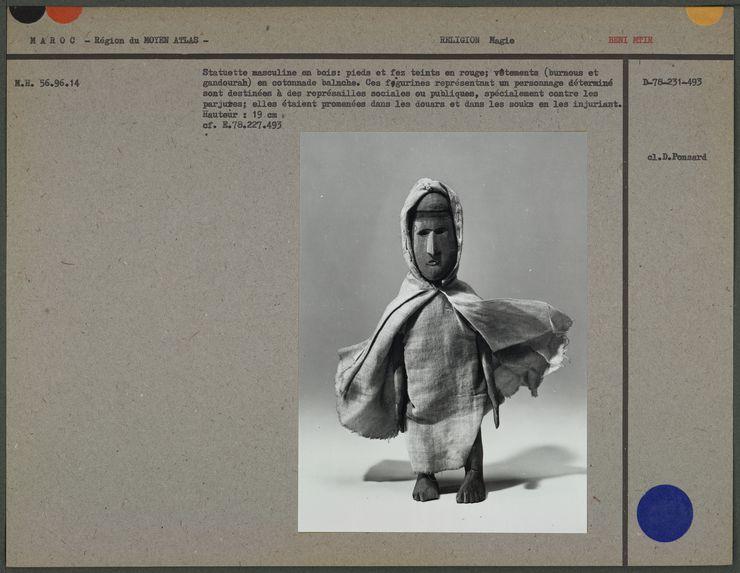 Statuette masculine en bois, pieds et nez teints