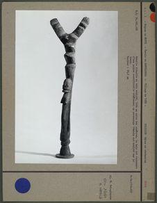 Echelle rituelle en bois sculpté