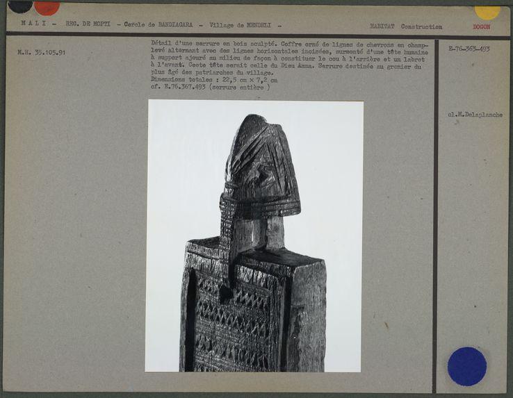 Détail d'une serrure en bois sculpté