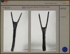 Poteaux en bois sculpté de la Société du Ndomo