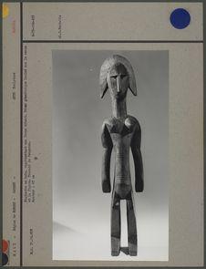 Statuette en bois : femme debout