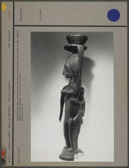Statuette en bois : femme portant son enfant