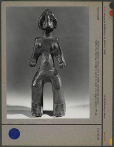 Statuette féminine en bois, hauteur : 28 cm