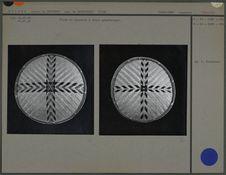 Plats en vannerie à décor géométrique