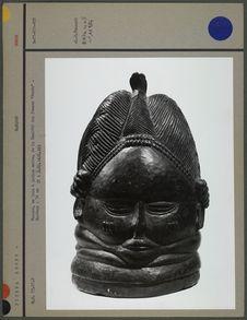 Masque, en bois peint à patine noire