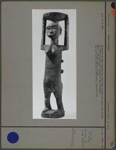 Statuette : femme portant une coupe