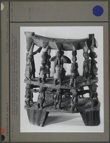 Siège de dignitaire, figurant la cour du roi du Dahomey