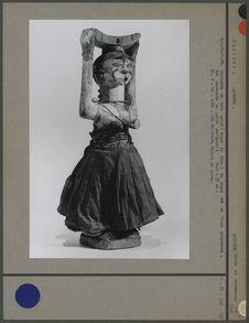 Statuette en bois peint avec pagne