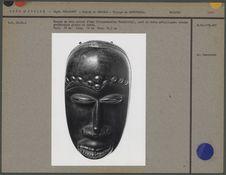 Masque en bois noirci d'eho orné de clous