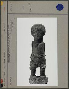 Statuette en bois recouverte de sang coagulé