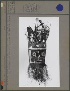 Masque en bois peint orné de plumes, coton