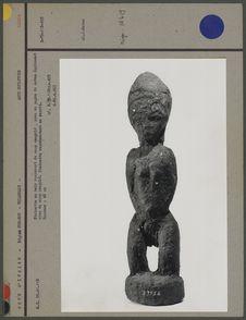 Statuette en bois recouvert de sang coagulé