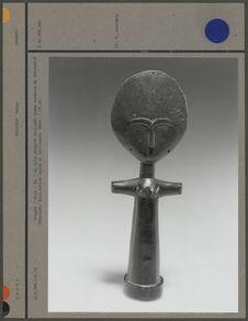 Poupée en bois sculpté, symbole de fécondité