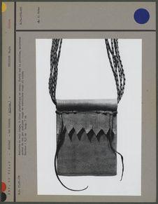 Amulette en cuir rouge