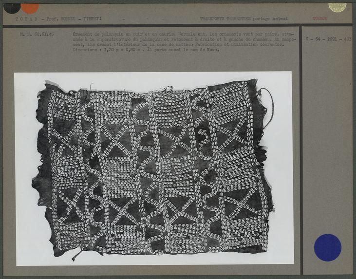 Ornement de palanquin en cuir et cauris