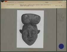 Masque en bois, tête humaine surmontée d'une coiffure