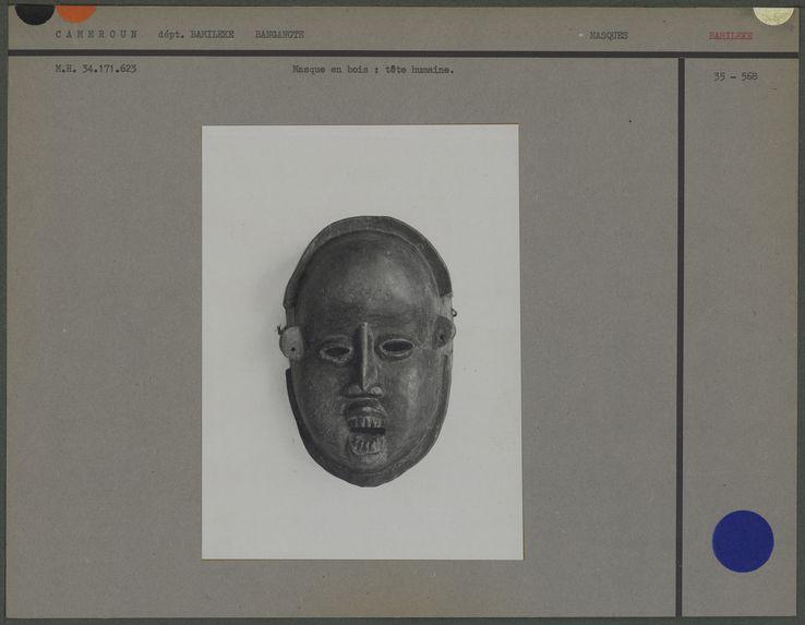 Masque en bois, figure humaine, bouche entrouverte