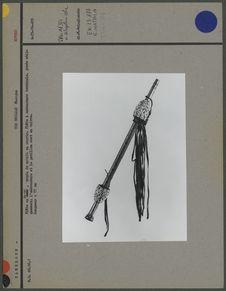 Flûte en métal, ornée de motifs en cauris