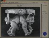Siège en bois sculpté, à trois pieds zoomorphes