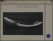 Harpe arquée en ivoire et peau