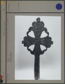 Croix en bois à patine brune brillante