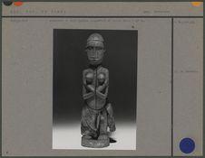 Statuette en bois (patine rougeâtre) et coton