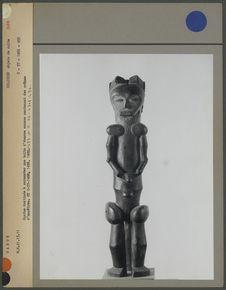 Statue fang pour surmonter la boîte contenant des crânes d'ancêtres