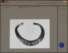 Collier de cuivre orné d'un décor incisé