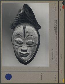 Masque de danse en bois blanchi au kaolin