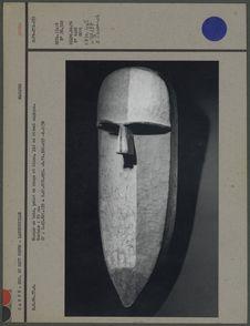 Masque en bois peint en rouge et blanc
