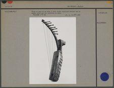 Harpe en peau et en bois, à huit cordes