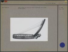Harpe arquée avec caisse en tronc de pyramide